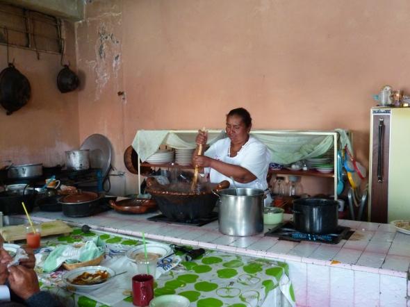 Cocina de un restaurante en San Pedro Atocpan, Distrito Federal, México, en la que se está preparando mole. Photo by GABIEGUIN